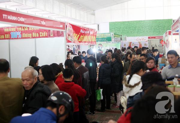 Tranh thủ trời nắng ráo, người Hà Nội đổ đến hội chợ Xuân mua đồ Tết - Ảnh 1.