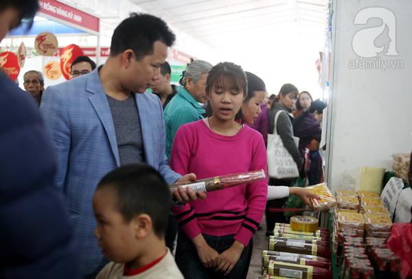 Tranh thủ trời nắng ráo, người Hà Nội đổ đến hội chợ Xuân mua đồ Tết - Ảnh 4.