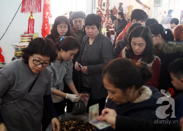Tranh thủ trời nắng ráo, người Hà Nội đổ đến hội chợ Xuân mua đồ Tết - Ảnh 3.