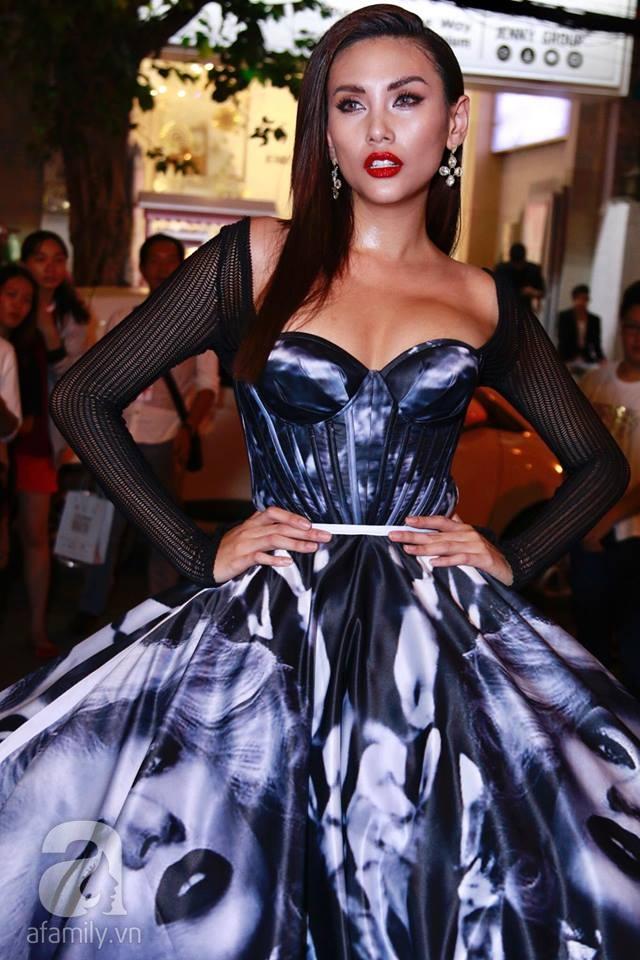 Võ Hoàng Yến mặc váy in chân dung chính mình trên thảm đỏ Next Top Model - Ảnh 1.