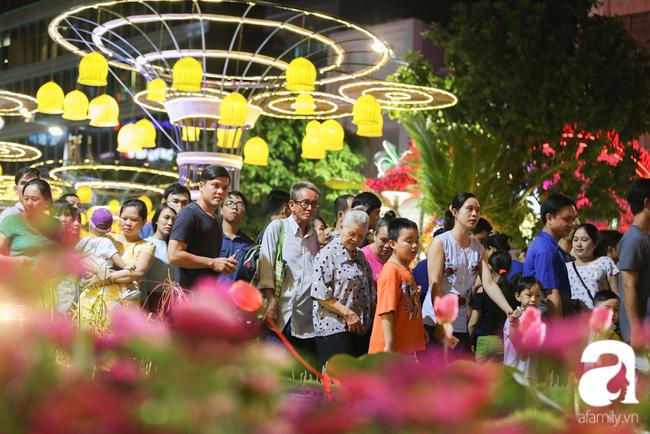Hàng nghìn người tham quan đường hoa Nguyễn Huệ dù trời đổ mưa - Ảnh 6.