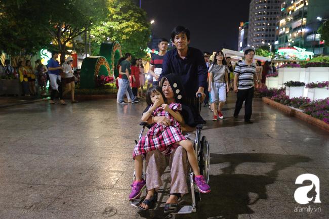 Hàng nghìn người tham quan đường hoa Nguyễn Huệ dù trời đổ mưa - Ảnh 10.