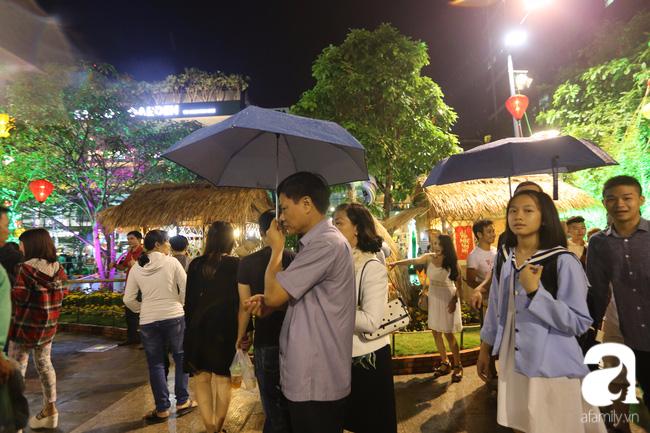 Hàng nghìn người tham quan đường hoa Nguyễn Huệ dù trời đổ mưa - Ảnh 13.