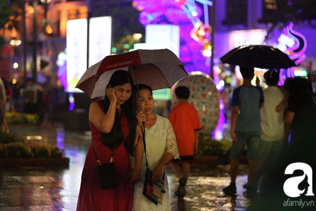 Hàng nghìn người tham quan đường hoa Nguyễn Huệ dù trời đổ mưa - Ảnh 15.