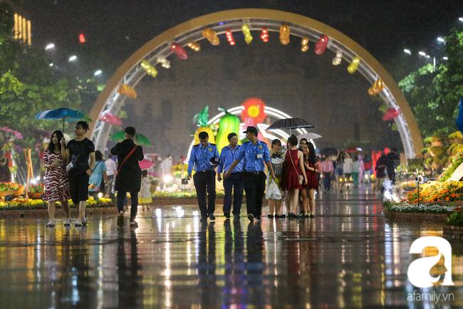Hàng nghìn người tham quan đường hoa Nguyễn Huệ dù trời đổ mưa - Ảnh 17.