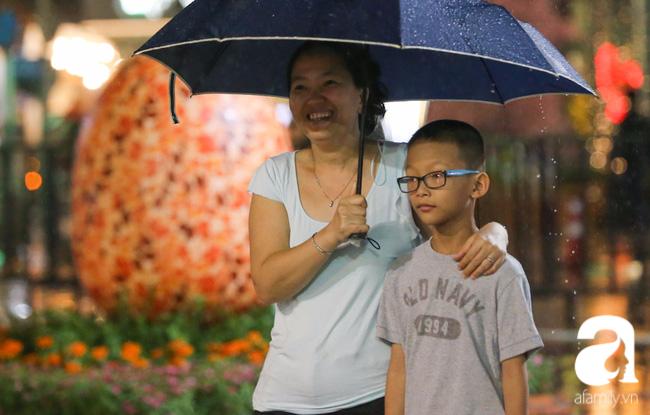 Hàng nghìn người tham quan đường hoa Nguyễn Huệ dù trời đổ mưa - Ảnh 16.