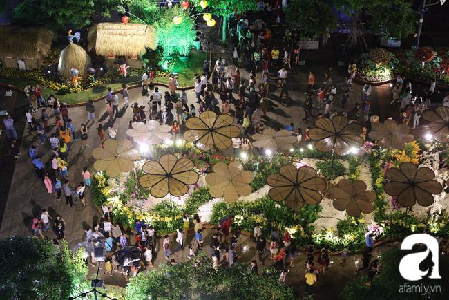 Hàng nghìn người tham quan đường hoa Nguyễn Huệ dù trời đổ mưa - Ảnh 4.