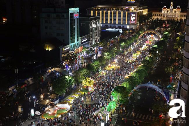 Hàng nghìn người tham quan đường hoa Nguyễn Huệ dù trời đổ mưa - Ảnh 1.