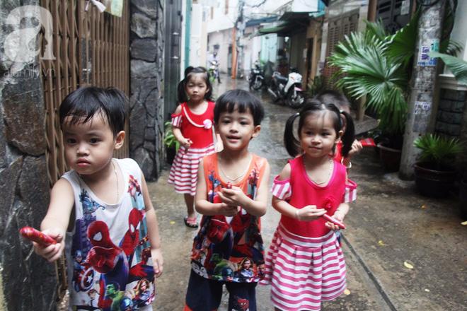 Cuộc sống tất bật, xoay như chong chóng của mẹ trẻ Sài Gòn sinh 1 lần được hẳn 5 con, nếp tẻ đủ cả - Ảnh 1.