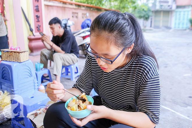 Ngày thu, ghé hàng bánh rán mặn vỉa hè 30 năm tuổi gần Hồ Tây, đông tới mức khách phải lấy số xếp hàng - Ảnh 2.