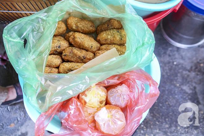 Ngày thu, ghé hàng bánh rán mặn vỉa hè 30 năm tuổi gần Hồ Tây, đông tới mức khách phải lấy số xếp hàng - Ảnh 16.