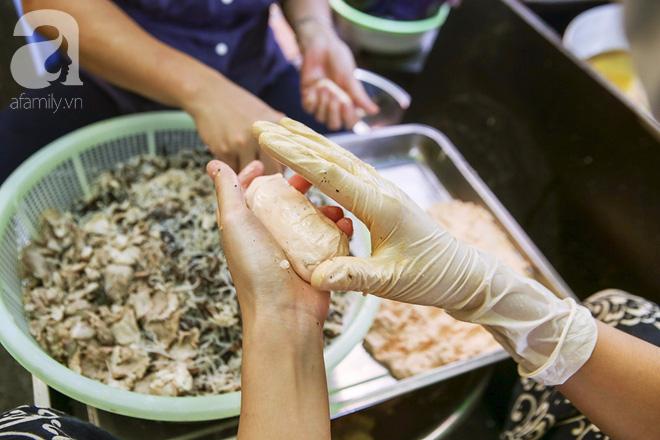 Ngày thu, ghé hàng bánh rán mặn vỉa hè 30 năm tuổi gần Hồ Tây, đông tới mức khách phải lấy số xếp hàng - Ảnh 6.