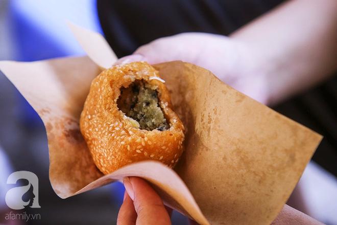 Ngày thu, ghé hàng bánh rán mặn vỉa hè 30 năm tuổi gần Hồ Tây, đông tới mức khách phải lấy số xếp hàng - Ảnh 14.