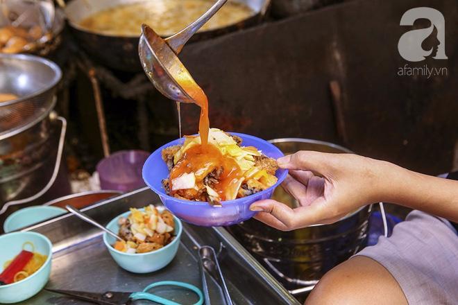 Ngày thu, ghé hàng bánh rán mặn vỉa hè 30 năm tuổi gần Hồ Tây, đông tới mức khách phải lấy số xếp hàng - Ảnh 15.