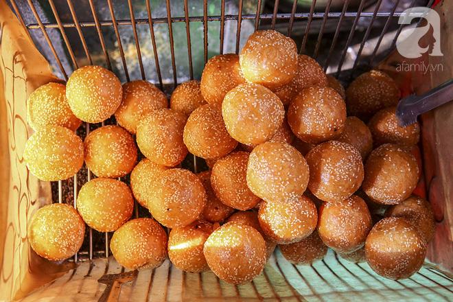 Ngày thu, ghé hàng bánh rán mặn vỉa hè 30 năm tuổi gần Hồ Tây, đông tới mức khách phải lấy số xếp hàng - Ảnh 13.
