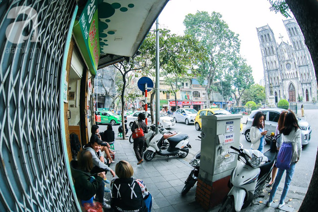 Cuối tuần thảnh thơi ghé phố Nhà Thờ, gọi ly trà chanh đặc biệt 20 năm tuổi ngồi ngắm phố xá, xích lô leng keng - Ảnh 1.