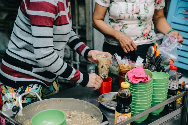 Cuối tuần ghé ăn chén súp cua nhà thờ Đức Bà 20 năm, lặng nghe hơi thở của đất Sài Gòn hoa lệ - Ảnh 3.