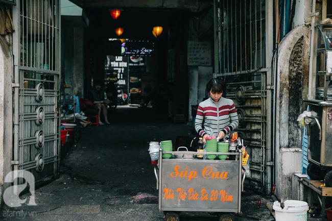Cuối tuần ghé ăn chén súp cua nhà thờ Đức Bà 20 năm, lặng nghe hơi thở của đất Sài Gòn hoa lệ - Ảnh 1.