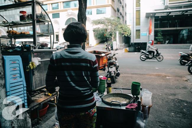 Cuối tuần ghé ăn chén súp cua nhà thờ Đức Bà 20 năm, lặng nghe hơi thở của đất Sài Gòn hoa lệ - Ảnh 8.