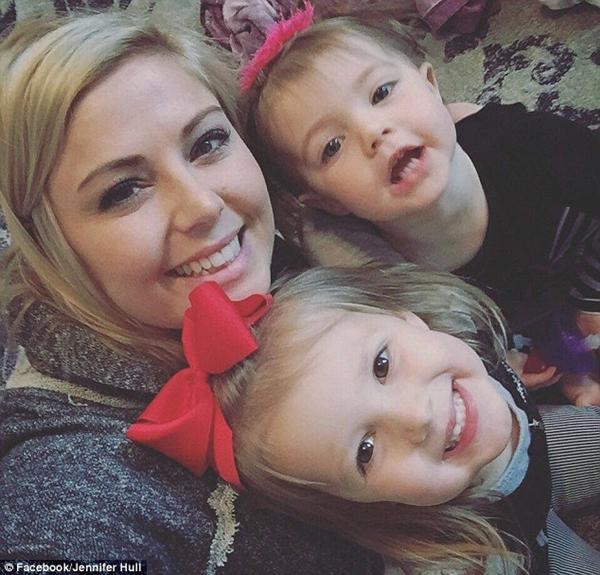 Đứng tim theo dõi bà mẹ nhanh trí cứu con gái 1 tuổi khỏi nghẹt thở vì hóc bim bim - Ảnh 2.