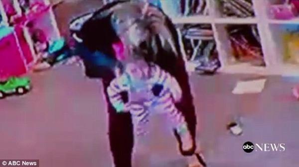Đứng tim theo dõi bà mẹ nhanh trí cứu con gái 1 tuổi khỏi nghẹt thở vì hóc bim bim - Ảnh 4.