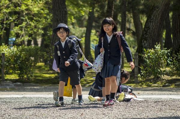 Mẹ Mỹ tiết lộ bí mật đằng sau việc trẻ em Nhật tự bắt xe bus tới trường từ 3 tuổi - Ảnh 2.