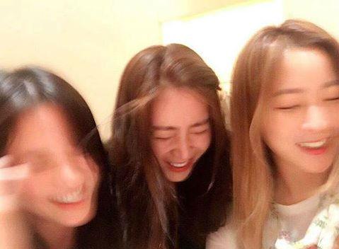 Song Hye Kyo nhí nhảnh khi được hội ngộ đàn chị Kim Hee Sun và Song Yoon Ah - Ảnh 2.