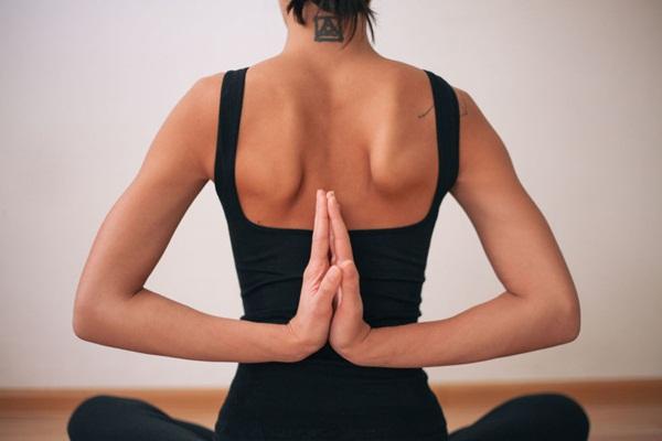10 tư thế yoga dễ tập dành cho các cô nàng muốn vận động ở công sở - Ảnh 10.