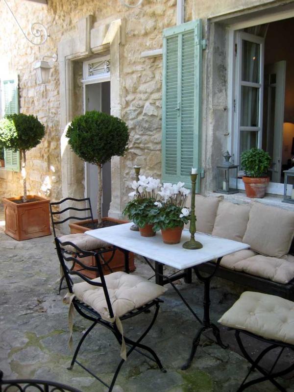 Làm đẹp sân vườn theo phong cách đồng quê nước Pháp siêu lãng mạn - Ảnh 1.