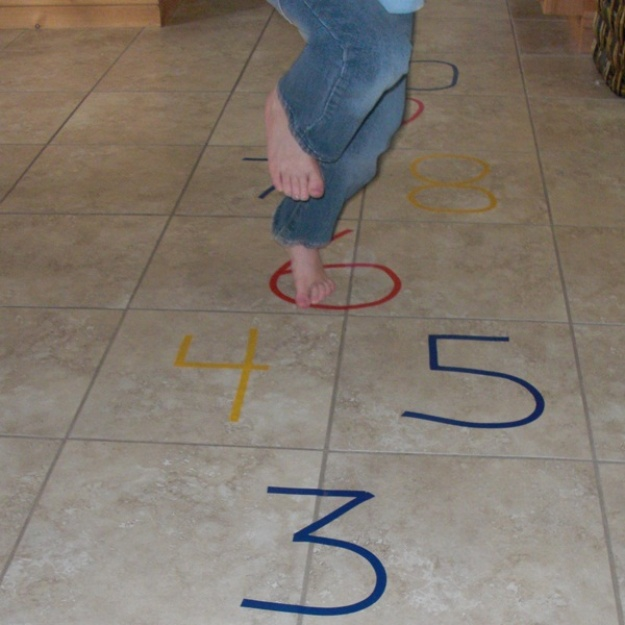 25 trò chơi tại nhà không tốn một xu mà vui nổ trời cho trẻ tận hưởng trong dịp nghỉ hè - Ảnh 2.