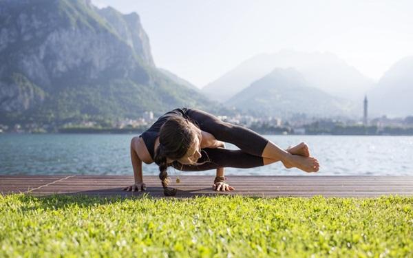 6 lí do thuyết phục bạn nên tập yoga ngoài trời bất cứ khi nào có thể - Ảnh 1.