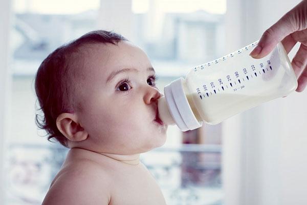 Lý do khiến các mẹ phải cân nhắc thật kĩ trước khi quyết định cho bé bú bình - Ảnh 1.
