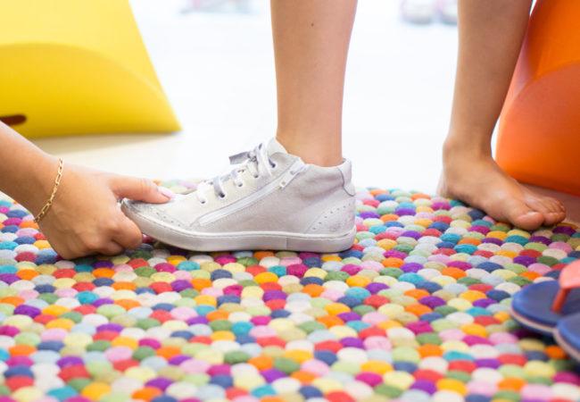 Chọn giày dép sai kích cỡ cho con: Tưởng bình bình mà hại không ngờ - Ảnh 2.