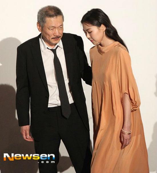 Bị tẩy chay vì scandal ngoại tình, Kim Min Hee và đạo diễn già vẫn vô tư tình tứ ở Mỹ - Ảnh 5.