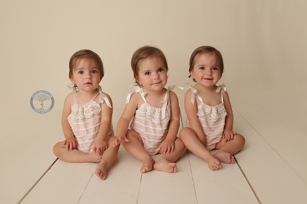 Bộ ảnh ngọt lịm tim của 3 bé sinh ba tự nhiên hiếm gặp trên thế giới - Ảnh 17.