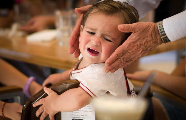 5 chiêu lạ đời có tác dụng làm dịu cơn tức giận, khóc lóc của trẻ chỉ trong vài giây - Ảnh 5.