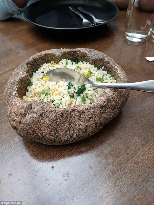 """Những đĩa đựng thức ăn """"sai quá sai"""" của các nhà hàng khiến thực khách chỉ biết câm nín - Ảnh 6."""