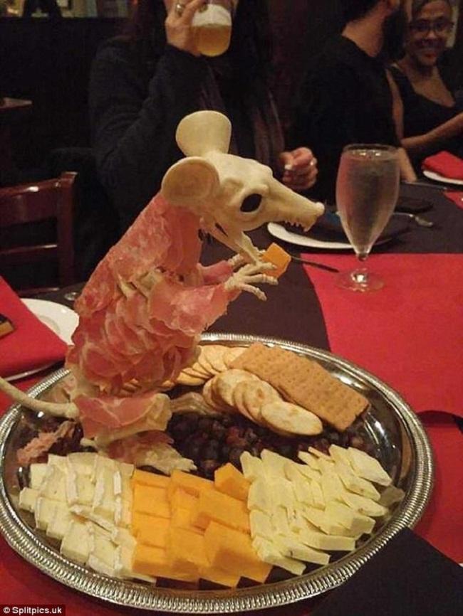 """Những đĩa đựng thức ăn """"sai quá sai"""" của các nhà hàng khiến thực khách chỉ biết câm nín - Ảnh 15."""