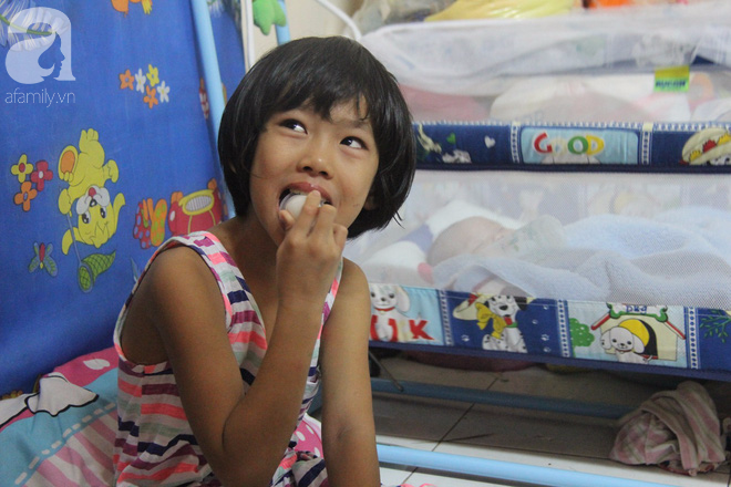 Bé gái 7 tuổi bị bố bỏ rơi, ở nhà trông em 2 tháng tuổi cho mẹ đi giúp việc: Mẹ bảo thứ hai sẽ cho con đi học - Ảnh 3.