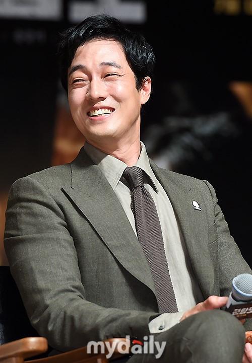 Đáng yêu thế này, bảo sao So Ji Sub - Song Joong Ki không làm fan điêu đứng - Ảnh 2.