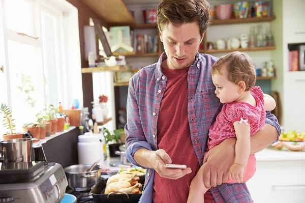 Bố mẹ hay dùng điện thoại trước mặt con: Tác hại chắc chắn không ai có thể ngờ tới! - Ảnh 1.