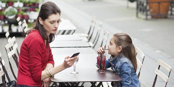 Bố mẹ hay dùng điện thoại trước mặt con: Tác hại chắc chắn không ai có thể ngờ tới! - Ảnh 3.