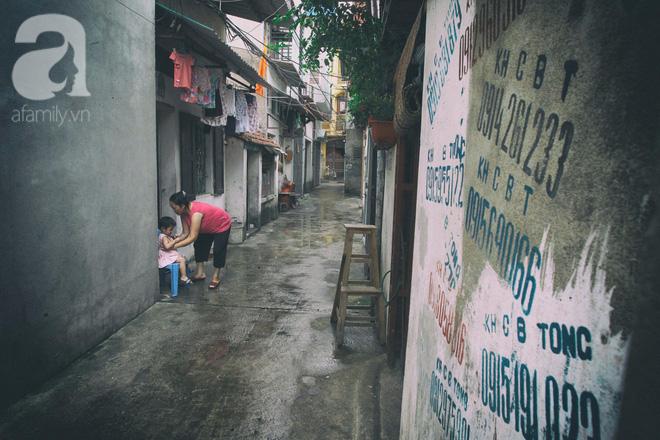 Chuyện xóm nước đen ở vùng ngoại ô, nơi chỉ có những người đàn bà trơ trọi, lặng lẽ sống không bóng đàn ông - Ảnh 1.
