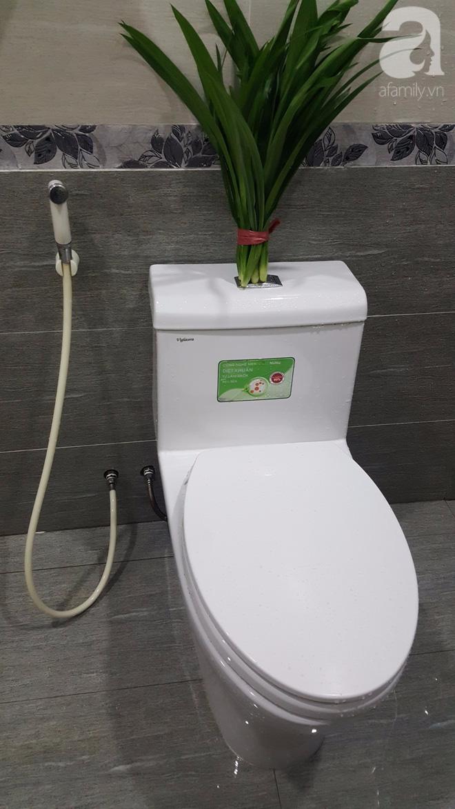 Ra chợ mua liền 5.000 đồng mớ lá này, về treo vào là nhà vệ sinh chỉ có thơm phưng phức - Ảnh 3.