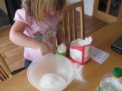 Trò chơi làm từ bóng bay và bột mì giúp bé không ngó ngàng đến ipad - Ảnh 3.