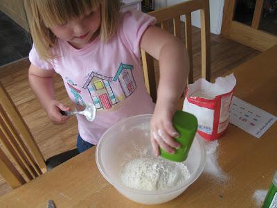 Trò chơi làm từ bóng bay và bột mì giúp bé không ngó ngàng đến ipad - Ảnh 4.