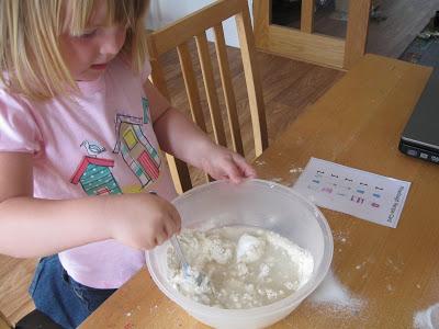 Trò chơi làm từ bóng bay và bột mì giúp bé không ngó ngàng đến ipad - Ảnh 5.