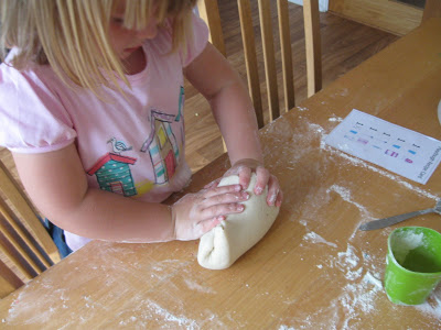 Trò chơi làm từ bóng bay và bột mì giúp bé không ngó ngàng đến ipad - Ảnh 6.