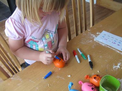 Trò chơi làm từ bóng bay và bột mì giúp bé không ngó ngàng đến ipad - Ảnh 9.