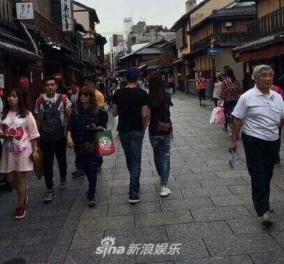 Lâm Tâm Như - Hoắc Kiến Hoa nắm tay nhau tình tứ tại Nhật Bản - Ảnh 2.